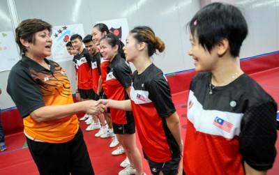 甄玲心(左)与国乒队员交流。