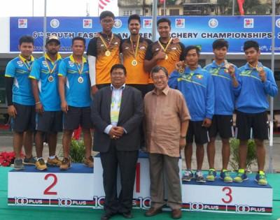 大马反曲弓男队在颁奖礼上领取金牌后,与亚军泰国和季军缅甸选手合影。