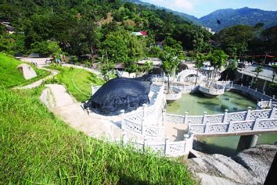 极乐寺花园设有小瀑布。
