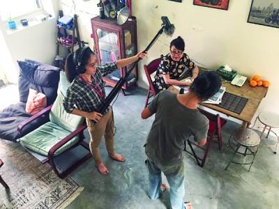 导演周仔刚忙忙碌碌著拍摄短片。