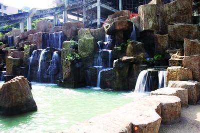 极乐寺花园内设有鉴于石头雕成的大量龟(为在黑布)。