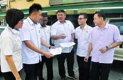 陈治中、方美铼、古玛、王育璇、罗伟鹏、陈凯宗与陈庆隆及为勒令休业的担子饭店视察,因为保证业者遵守当局条规。
