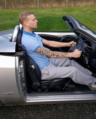 埃利奥特峰和颈部比挡风玻璃要强,受指因而令其他驾驶者分心。