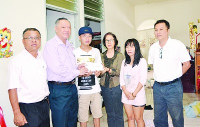 明修社长马兴松移交6000令吉捐款给卢致良,杨瑞婵(右三起)罗亚玉、锺裕旺(右一)与林明利(左一)见证。