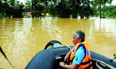 彭亨州水灾情况仍然严重,王储东姑阿都拉于年初一(28日)乘船到各遭水灾影响的地区巡视。