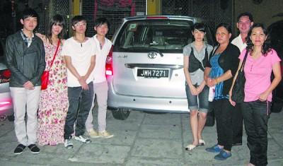 陈韦菘(左)、陈伟燊(左4)、邱桂英、陈奕良和陈玮涵(右1、右2和右4)及亲戚们会过境到新加坡与亲人过新年。