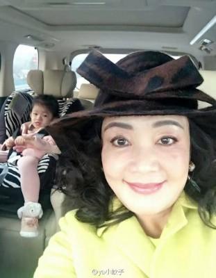 张兰(右)带大S女儿小玥儿出门玩耍。