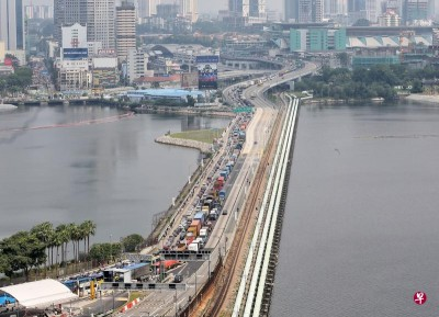 从2月15日起,所有外国注册车辆入境新加坡,都须缴付6元4角的过路费。(档案照)