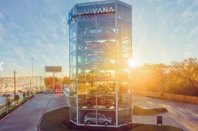 高达八层楼的贩卖机里头停放至少三十辆以上的汽车,让消费者选购。