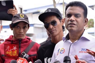 纳兹兰(左)与莫哈末利祖安(右),到沙登警区总部录取口供后,对记者发表谈话。