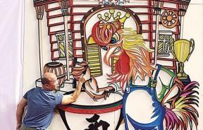 李祥的3幅铁线艺术壁画即财神爷爷送财宝、大圣送寿桃(万寿无疆)、挑战摔手臂冠军公鸡(胜者为王),来到光华春晚展出。