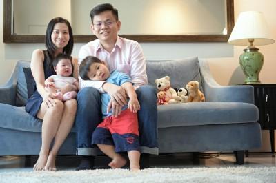 一家四人洋溢幸福笑容,王女士及先生杰瑞米除却有四只月大的姑娘,再有两春大儿子。