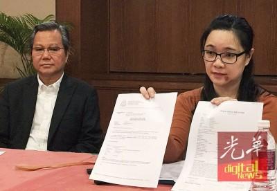 吴少梅(右)在其代表律师吴九的陪同下,召开新闻发布会揭露本身遭遇家暴。