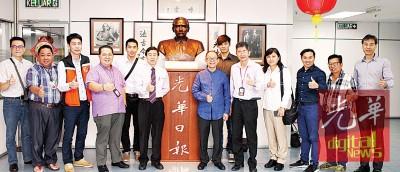 本报高层和台湾食品商店们以孙中山铜像前合照留念。