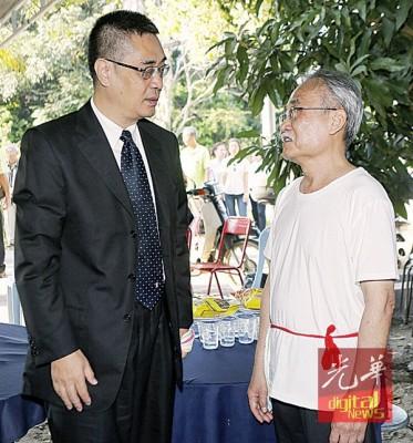 龚春森(左)慰问黄铁魂之程序3儿黄长希(右)。