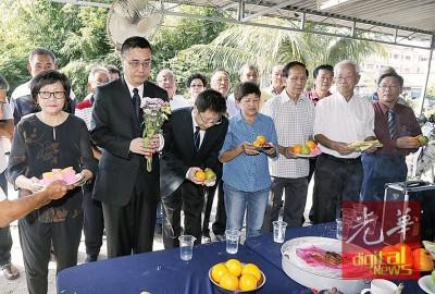 林秋雅(左起)、袭春森、刘鹏翔、陈莲花、邓如珍和和充足乡团代表向黄铁魂致祭 。
