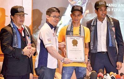 大马纪录大全首席运营员黄枫伟(左2)颁发奖状给法伊兹。凯里(右)和阿凡迪(左)见证。