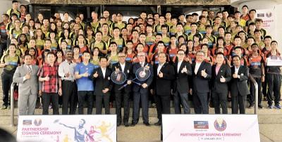 阿尔阿敏(前排左6)以及Astro Arena总经理约翰尼纳巴交换模型球拍,以及富有赞助商和大马羽总主管、运动员们只要李宗伟当人口合影