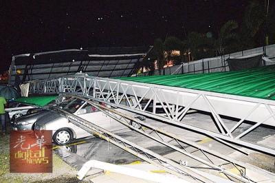 狂风吹塌私人停车场铁棚,5辆轿车不幸被压中。