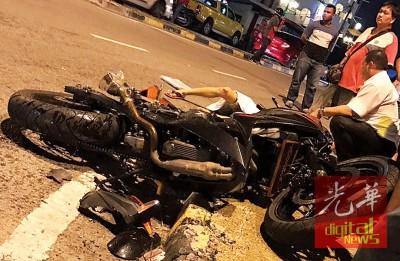 重型摩托车骑士车祸后当场丧命。