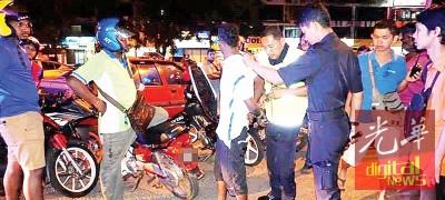 涉破车镜偷窃的印裔嫌犯遭志工团逮捕。