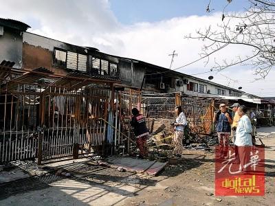 周末黎明于大火吞噬的吉打港口斯里博特拉园华人村8中双层排屋外观。