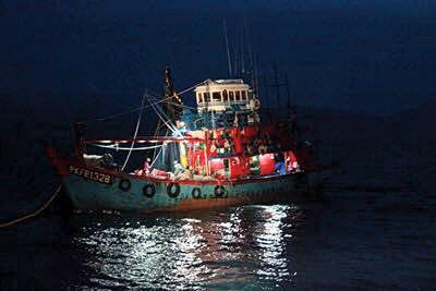 围网渔船浅海违规作业,船只和船员被扣留。