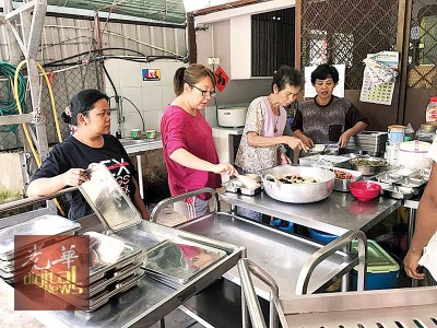 开心敬老苑工作人员分派食物。