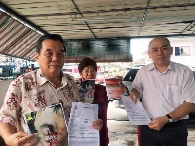 刘永山(右起)出示覃桂英和林观福受伤时摄下的照片和报案纸。