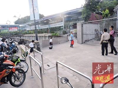 公民一校董事总务程福隆(右起)、梁淑鸾校长及家协副主席傅裕兴。