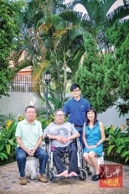 """4名画家即林日源(左起)、陈环湖、杨碹珠及陈维铭(立者),联办""""庆祝槟城""""画展,迎接大众与鉴赏。"""