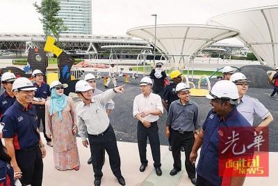 黄汉祥(左)带领曹观友、峇堤雅与尤端祥当人口巡视槟城国际会展中心工程。