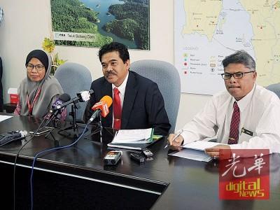 槟州供水机构记者会,左起该机构生产部总管玛丽安、首席执行员拿督杰瑟尼及企业事务部总管依斯迈。