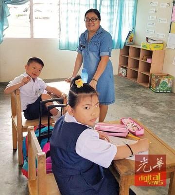 威北瓜拉姆拉光育华小,新学年只有两名一年级新生,旁为林佩珊老师。