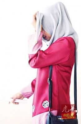 被告玛斯莉阿娜离开法庭时,以头巾遮脸避开摄影镜头。