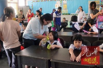 """开学第一天,不少家长都""""陪""""一年级新生到校上课。"""