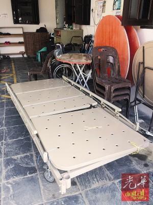 伊甸回收站中可见民众所捐赠的铁制病床架,据中心人员透露可当成废铁来变卖。