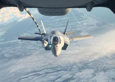 F-35B接受空中加油。