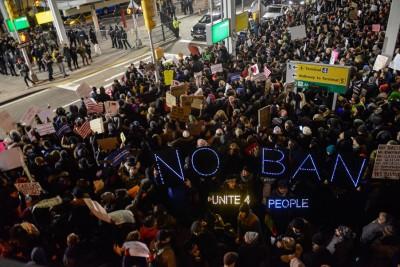 不少人都走上街反对特朗普的决定。(法新社照片)