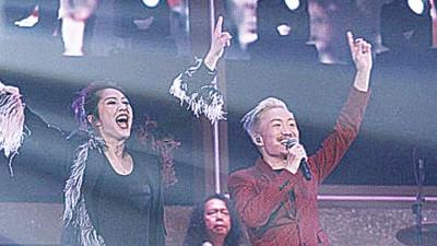 郑中基与杨千嬅分手后首次同台合唱。
