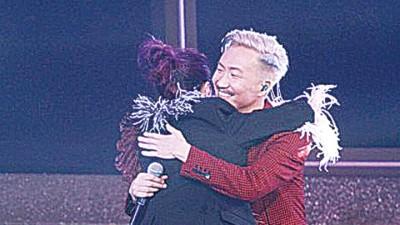 2人大方在台上拥抱。