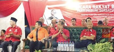 沙魯丁(左起)、沙拉胡丁、慕尤丁以及敦馬哈迪,出席周五於麻坡峇吉里16英里巴力惹本舉辦的土著團結黨講座。該講座也吸引大約200人出席。