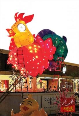 """许智维及伙伴们日夜赶工,做Design Village""""灯笼鸡""""。"""
