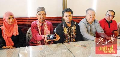 法米阿布峇卡在助理及赖国平,赛夫当的伴随下举行记者会。