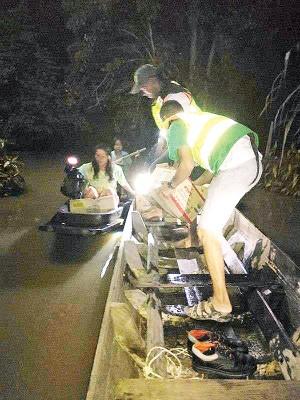 吉中区差不多开义务团体前往泰南重灾区分派干粮和食水于灾民。