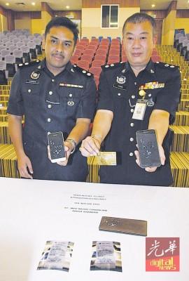 吉州警方商业罪案调查组主任陈德平警监及查案馆扎林展示嫌犯盗用的信用卡。