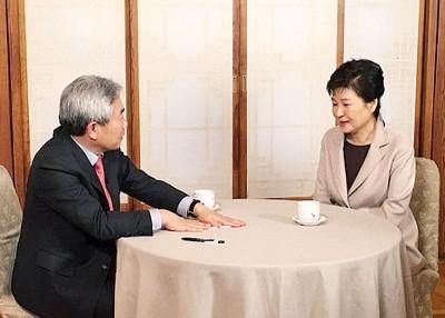 朴槿惠(右)停职后首被访。