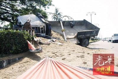 罗里侧翻,车斗里的沙散落满地。