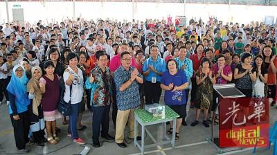 蔡通易和觉民AB区区校董家教成员,校长,教职员和学员们乐见百年校庆脸书专页正式推介。
