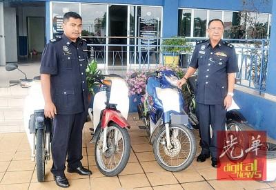 奥玛巴迪亚(右)跟荷警官凯里展示取获的失窃摩托车。